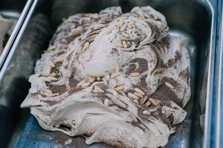Helado de crema de milhoja con piñones